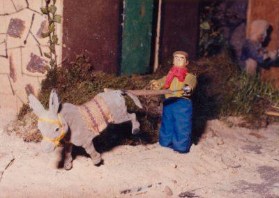 Hombre arreando al burro en 1982.