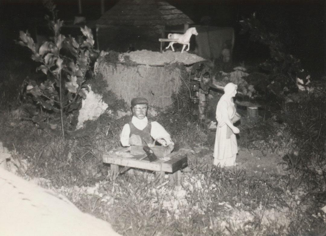 El carpintero y la noria al fondo.
