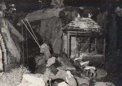 Gelo ajustando algo junto al molino y los pescadores en 1980.