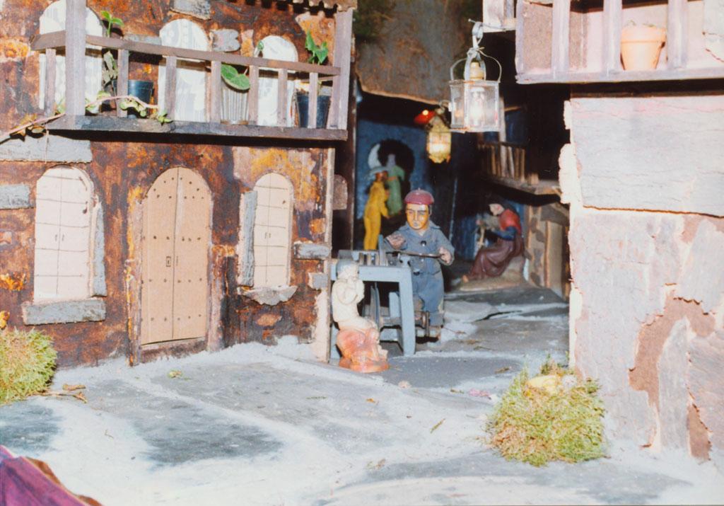 El afilador en una de las calles.