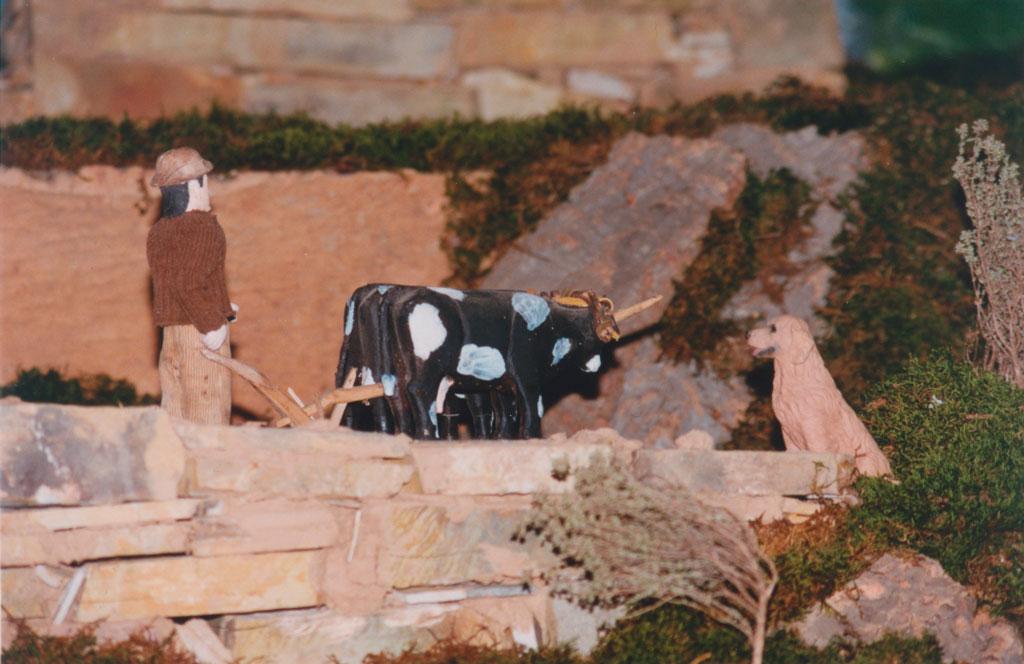 Una pareja de vacas arando la tierra.