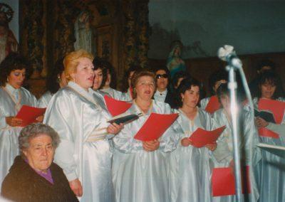 El coro cantando en misa en 1988.