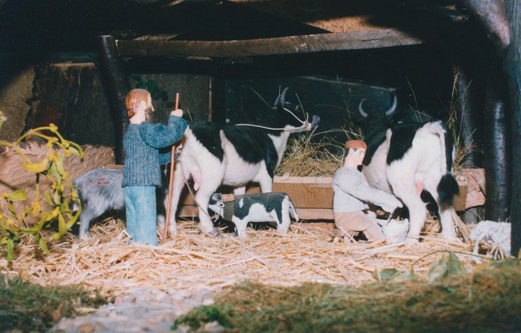 Un ternero mamando de la vaca.