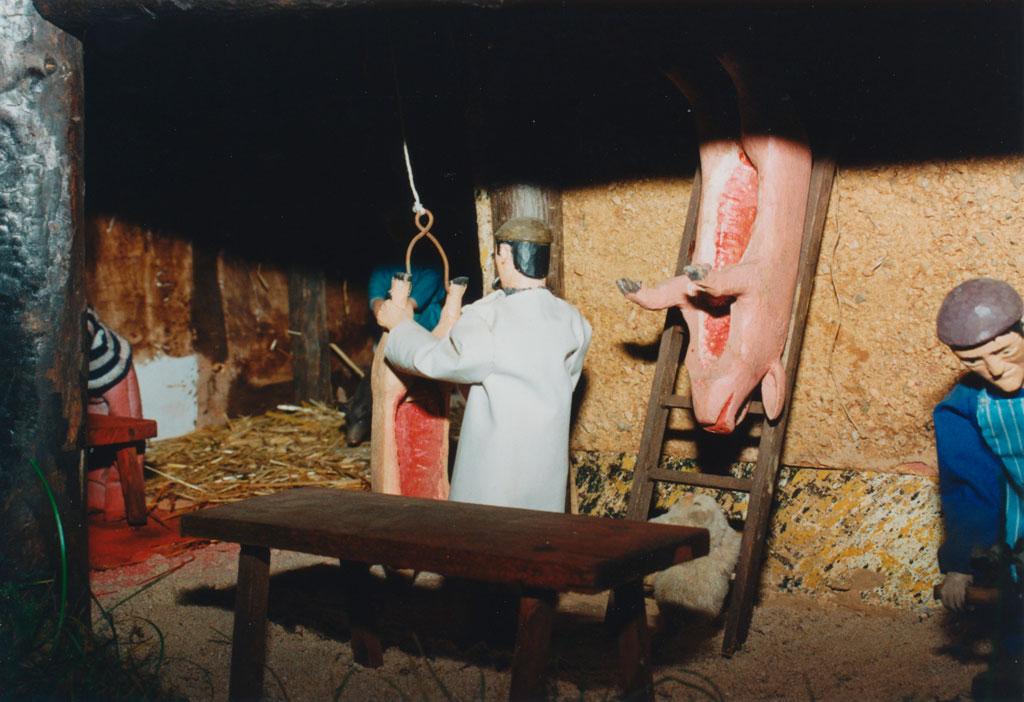 Un hombre escuartando el cerdo.