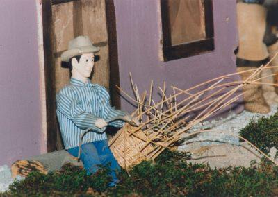 Hombre haciendo cestos en 1994.