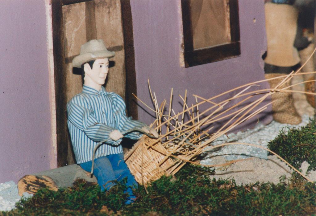 Un hombre haciendo cestos de mimbre.