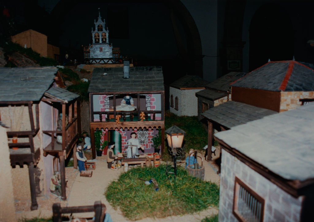 Una plaza con la iglesia al fondo.