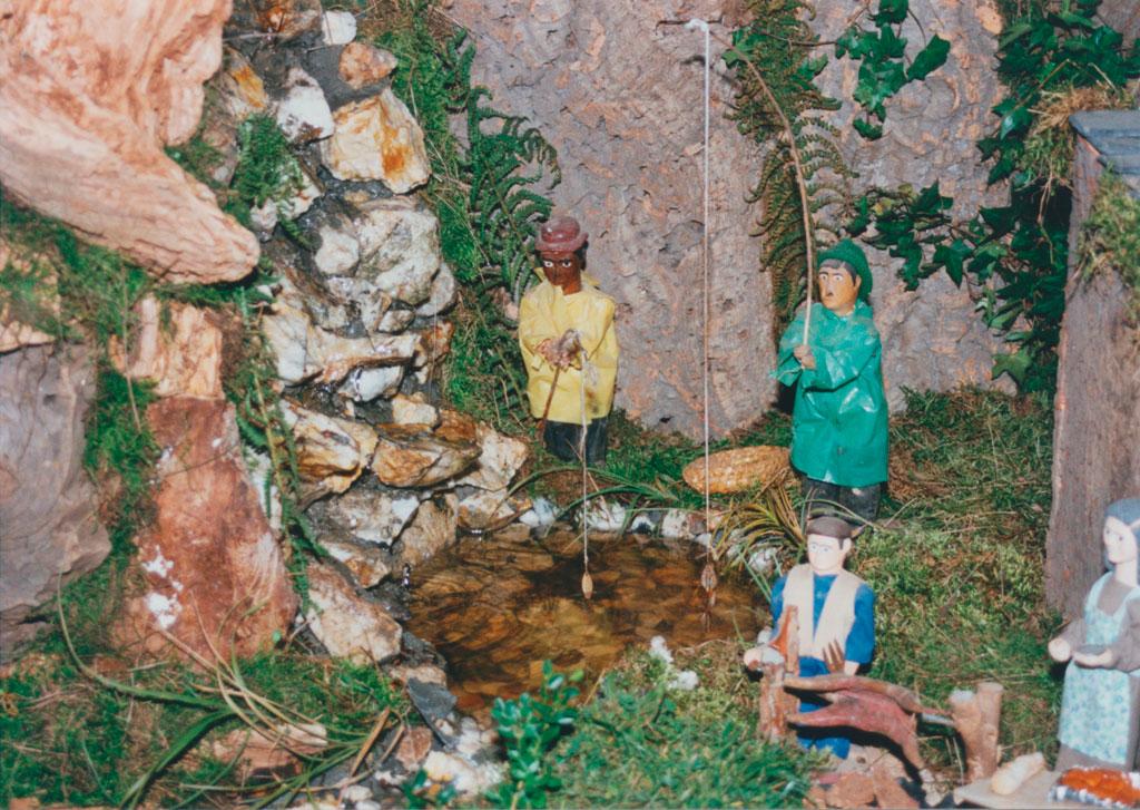Los pescadores junto a hombre asando cordero.