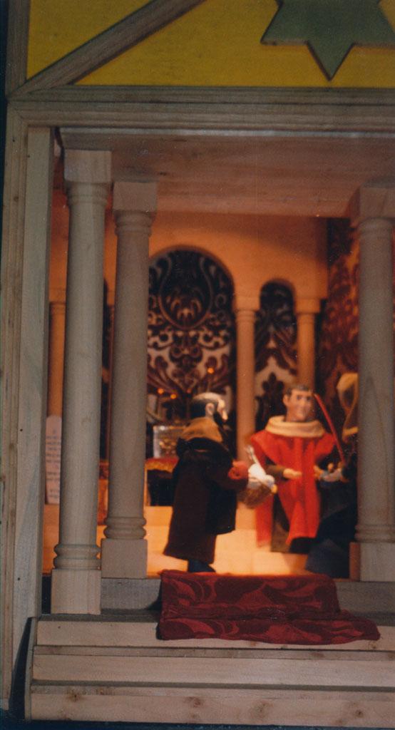 Hombres dentro del templo.