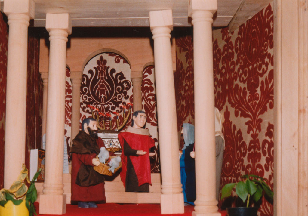 Personas rezando dentro del templo.