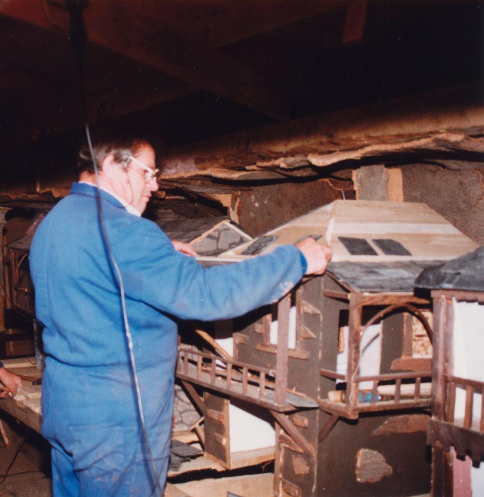 Teodoro trabajando en un tejado.