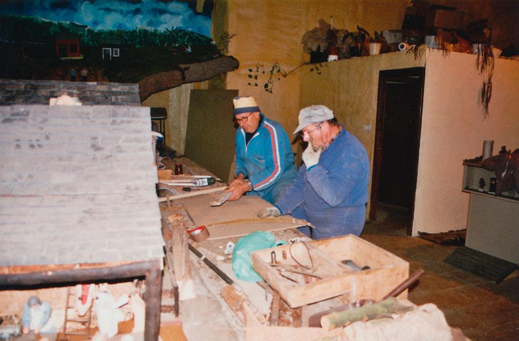 Gelo y Teodoro en la preparación del belén.