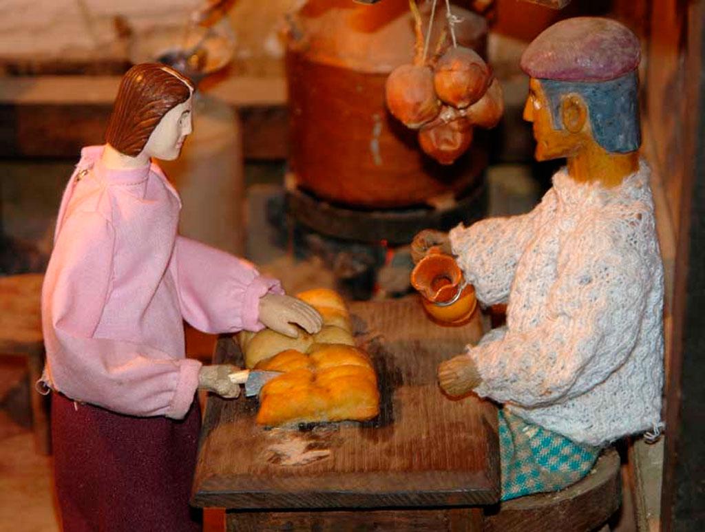 Mujer cortando empanada en el lagar.
