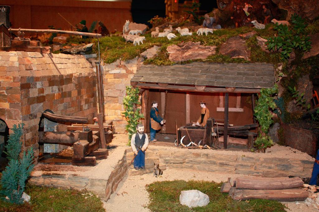 Los herreros junto a la herrería de Compludo.