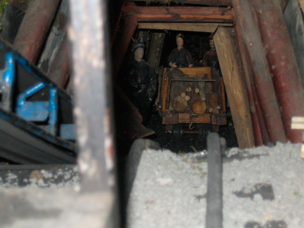 Mineros bajando madera a la mina.