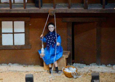 Mujer torciendo la lana en 2018.