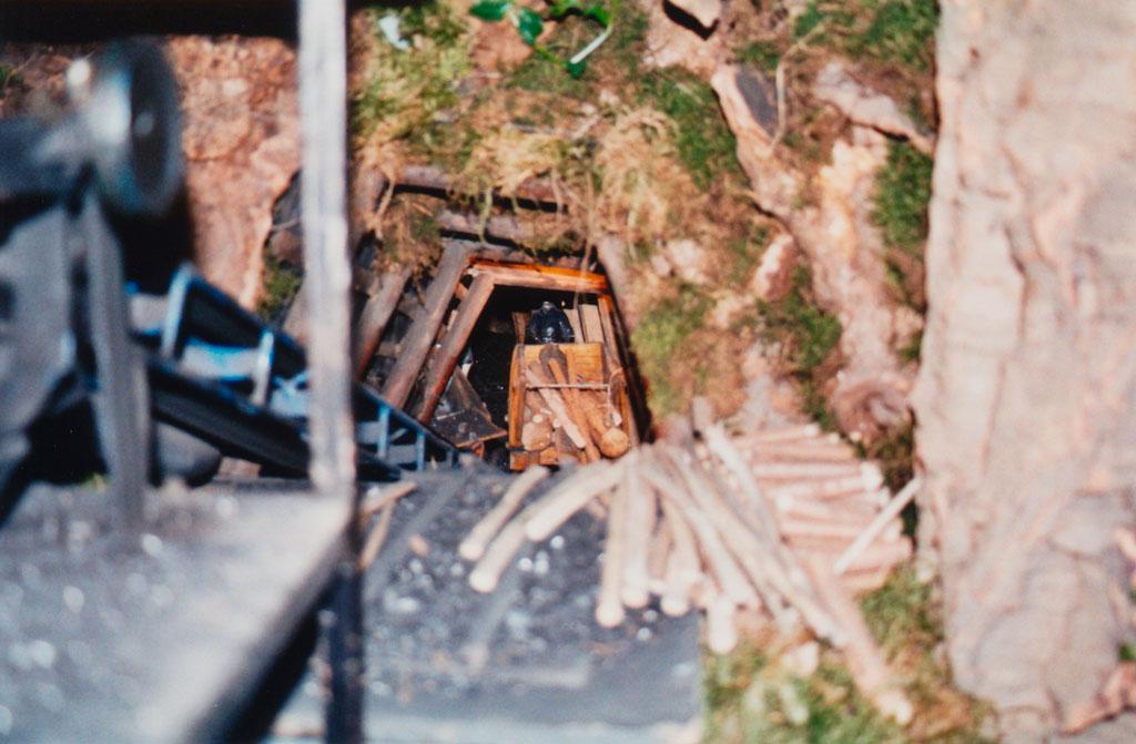 Minero bajando madera en el vagón.