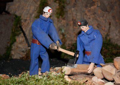 Minero preparando la madera en 2010.