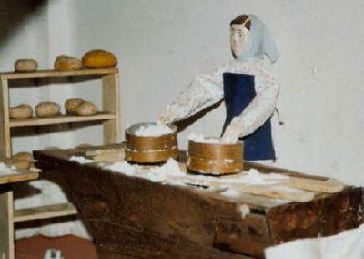 Mujer tamizando harina en 2003.