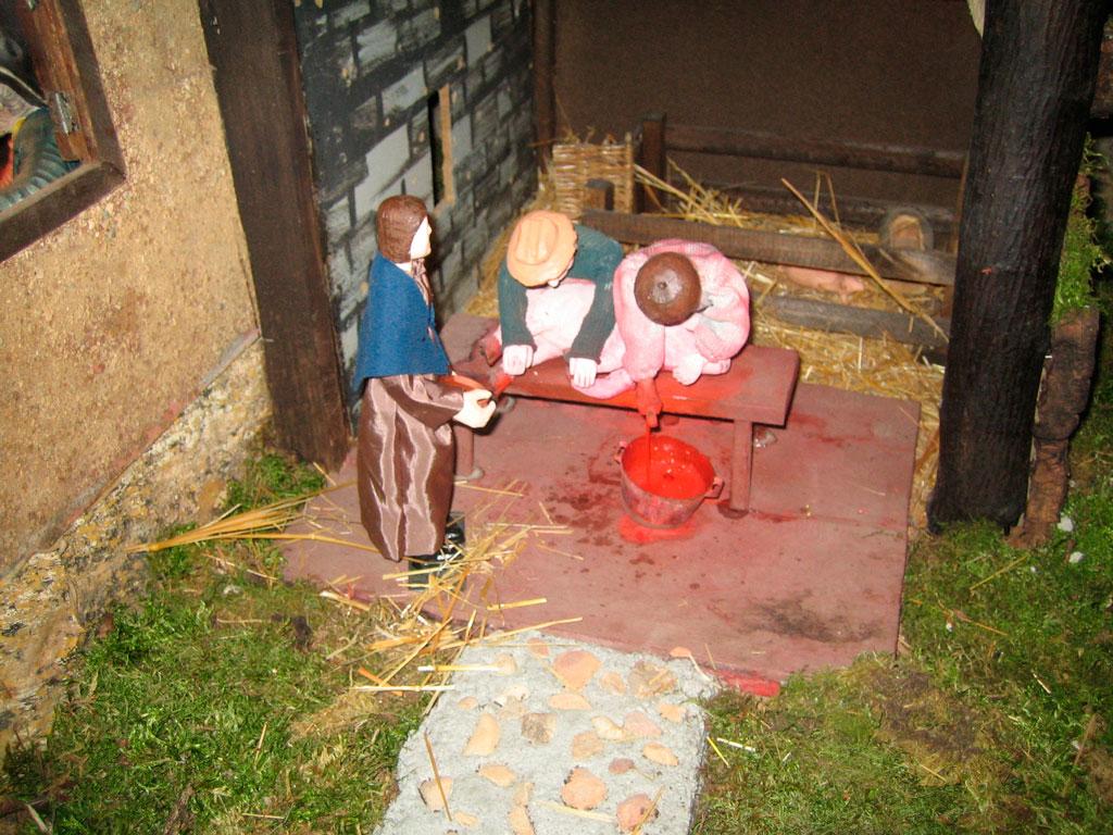 Hombres sacrificando un cerdo.