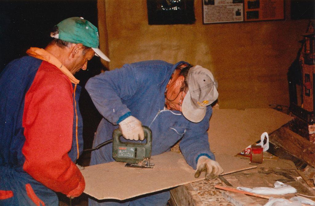 Ser y Teodoro trabajando en el belén.