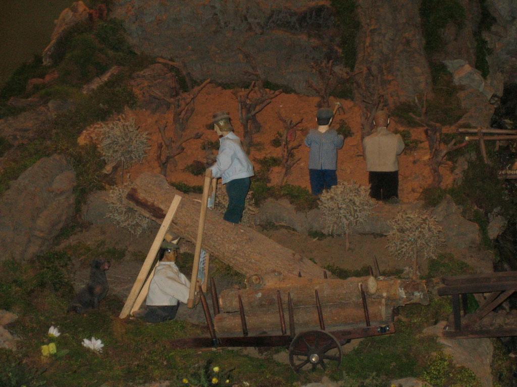 Hombres cavando la viña junto a los serradores.