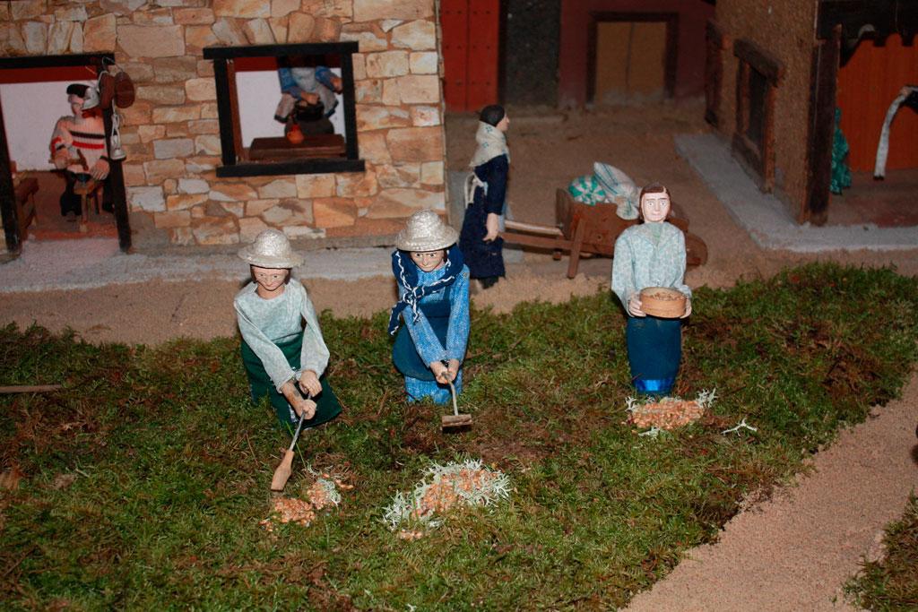 Mujeres aventando el grano.