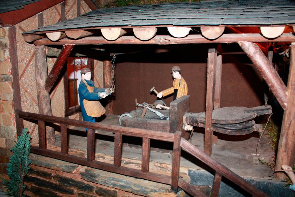 El herrero y su ayudante al fuelle.