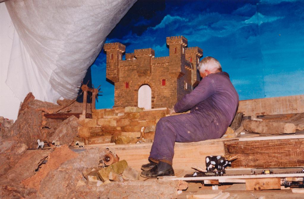 Higinio haciendo los muros de piedra